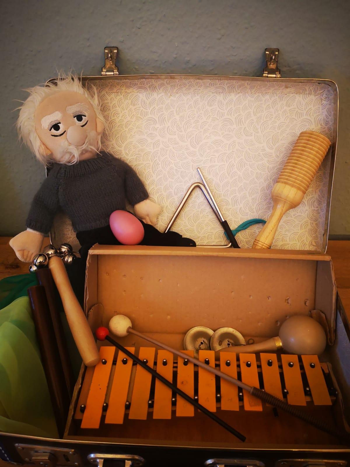 Professor Zweistein geht mit seinem Musikkoffer auf Reisen